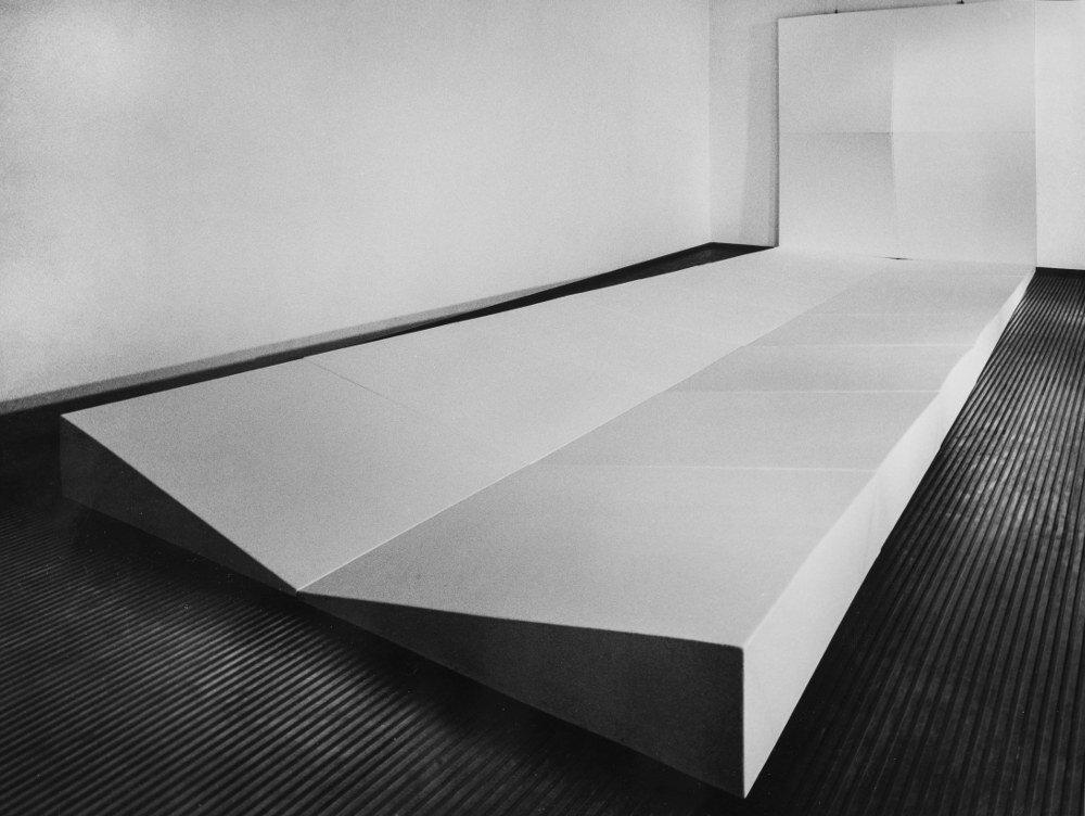 Bruno Gambone, Ara, 1970, installation, shaped canvas, Salone Annunciata, Milano