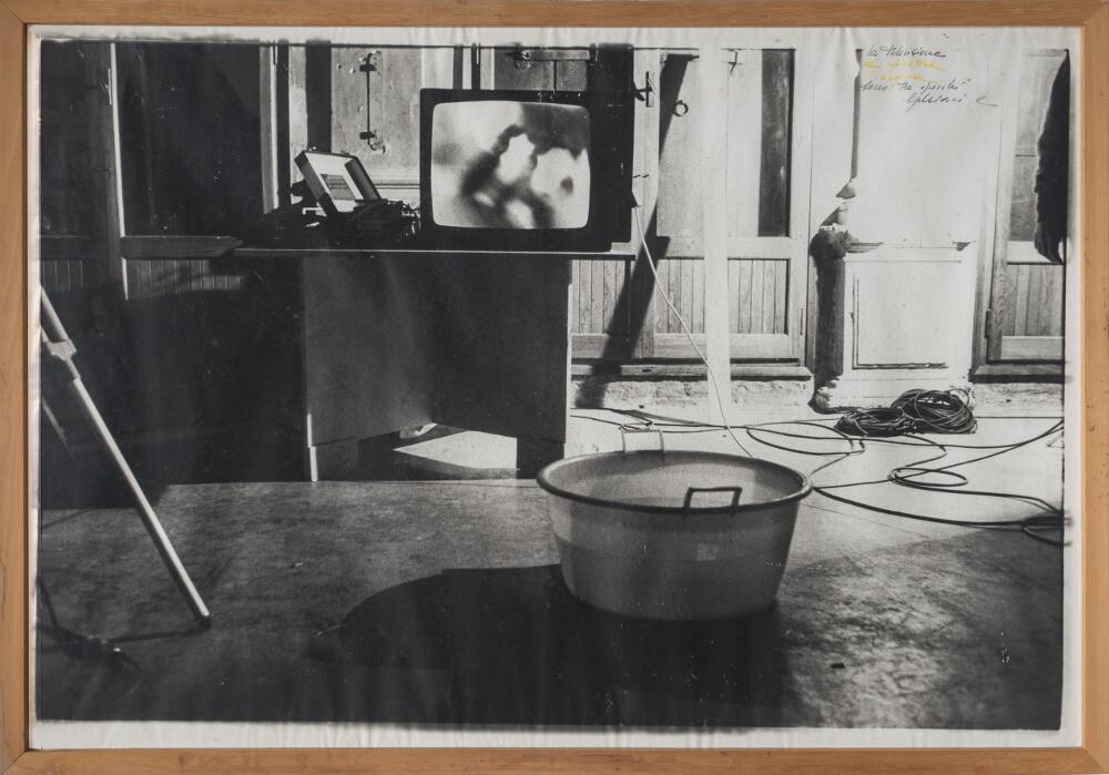 Giuseppe Chiari, La televisione, la finestra e l 'acqua sono tre specchi, 1979, galleria Il Ponte, Firenze