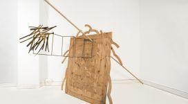 Hidetoshi Nagasawa, Vecchio pino, 1985, wood brass and paper 210x180x300 cm